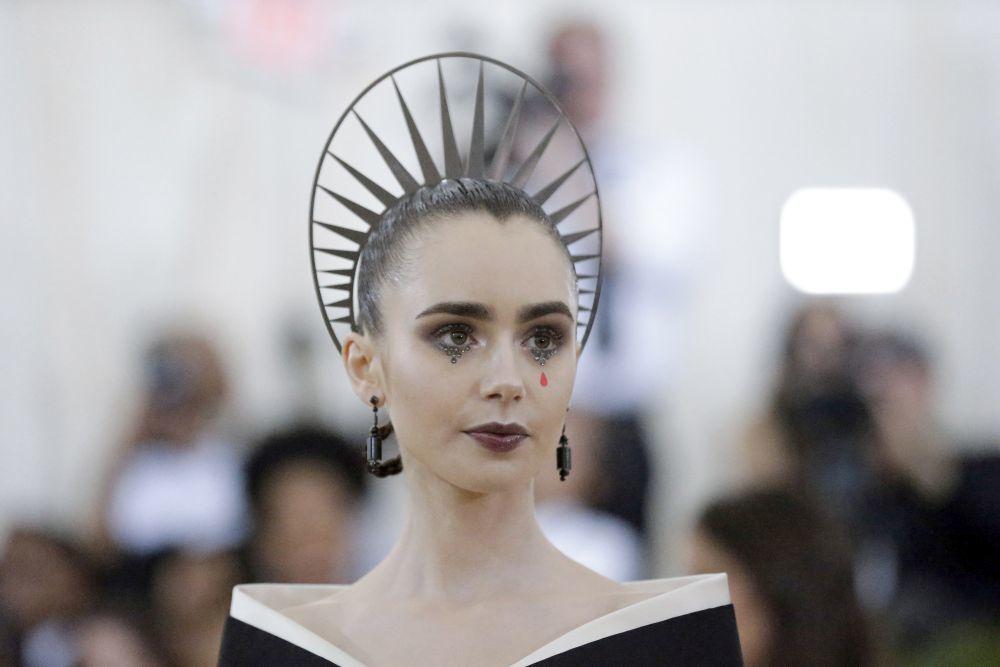 La actriz Lily Collins se decanta por una corona plateada que también...