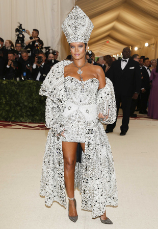 La cantante vestida por la Maison Margiela, con un mini vestido,...