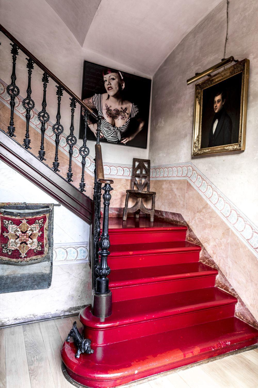 Los peldaños de la escalera se esmaltaron en color grosella. En la...