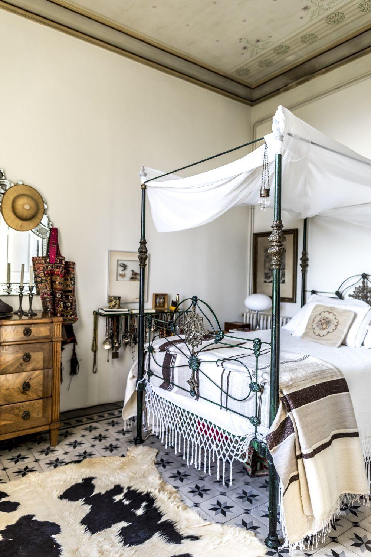 En el dormitorio, cama turca a la que se le añadió un improvisado...