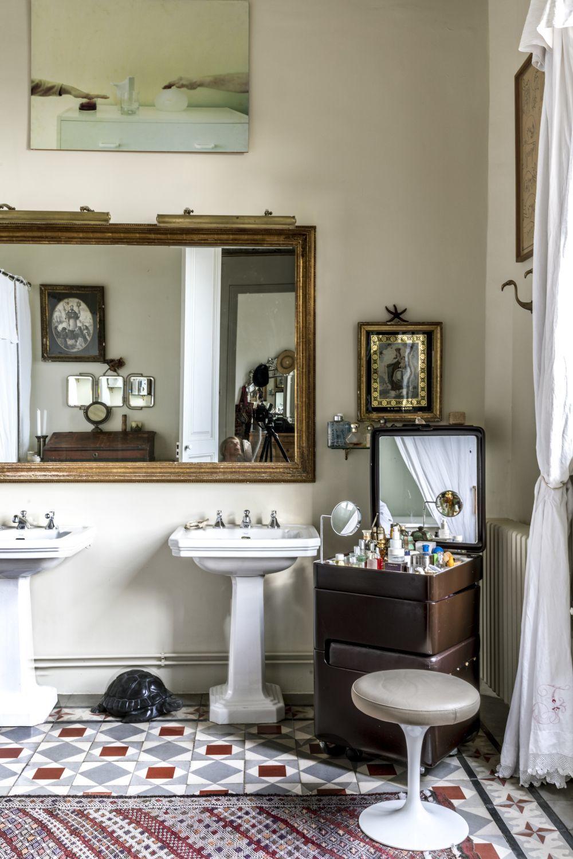 Cuarto de baño principal, con baldosa hidráulica, donde se combinan...