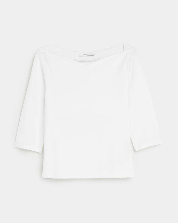 Camiseta con escote en corazón de Uterqüe por 49 euros.