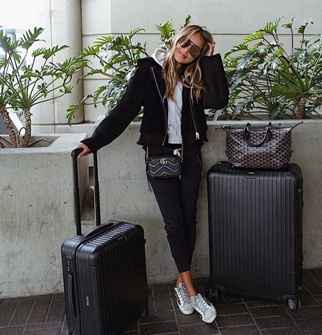 Julie Sariñana con maletas.