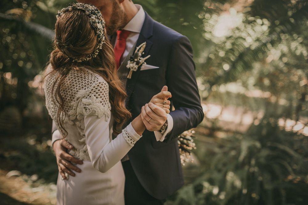 Haciendo juego con el ramo, la novia llevó una corona de Suma Cruz,...