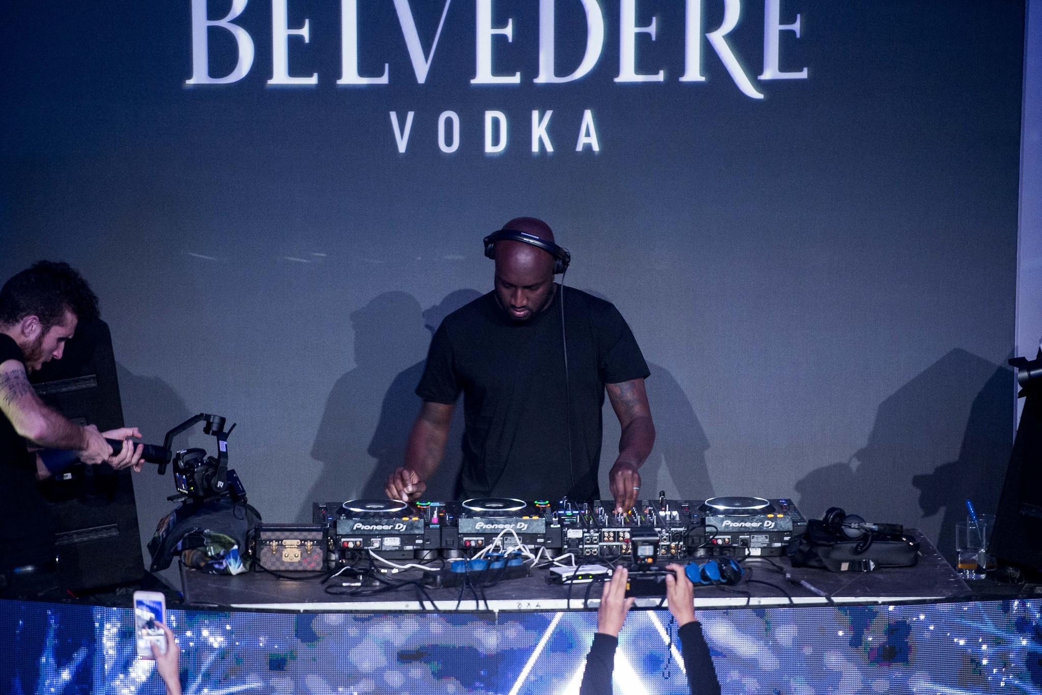 Virgil Abloh ejerciendo de DJ en Madrid.