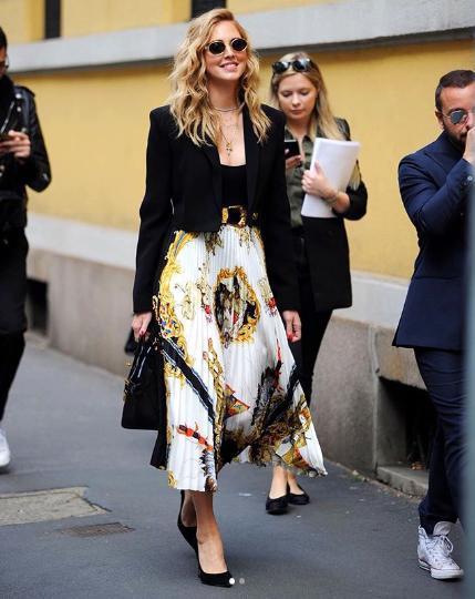 Chiara lleva una falda de Versace con su icónico estampado