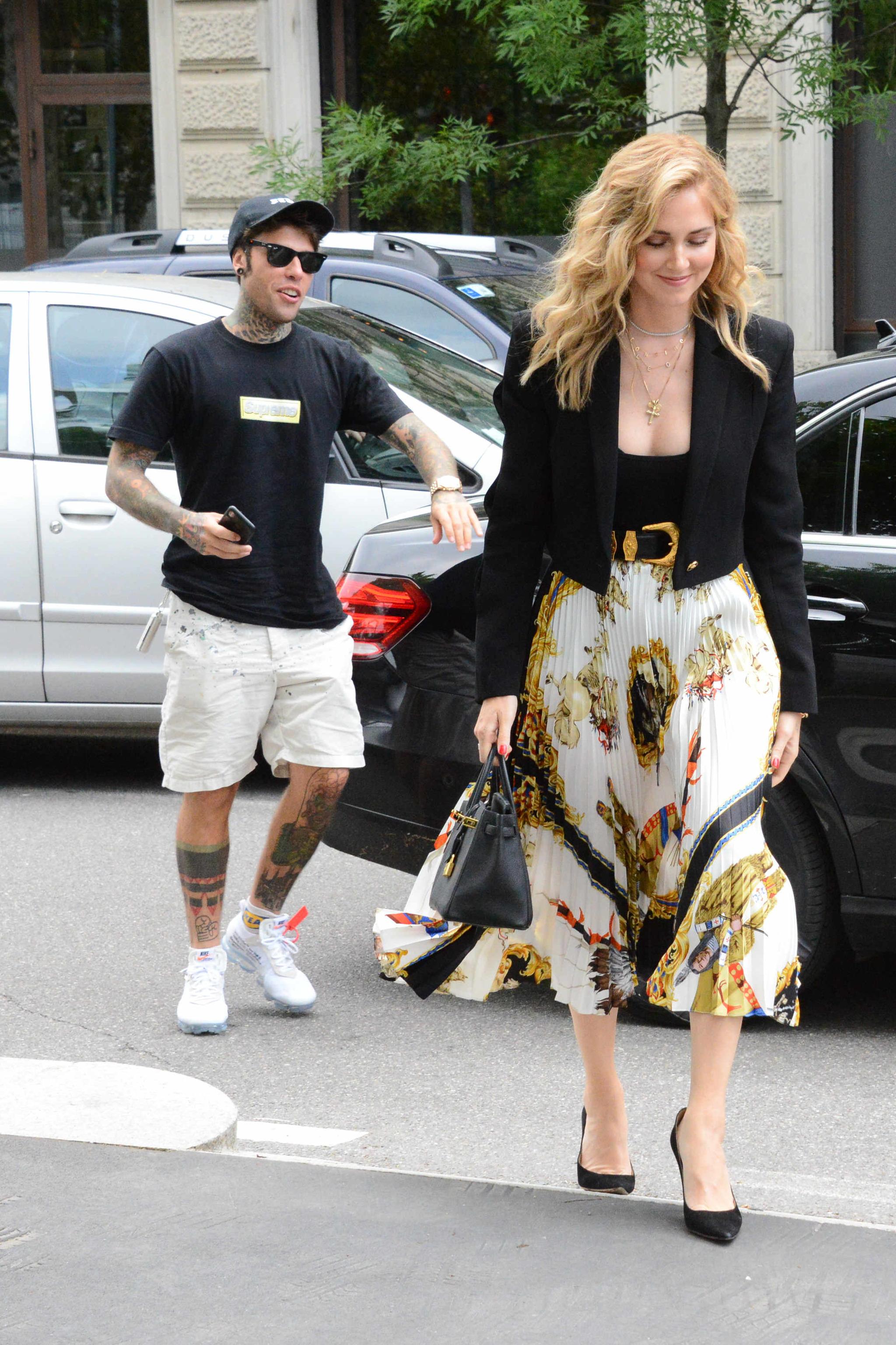Chiara Ferragni y, su prometido, Fedez paseando por Milán