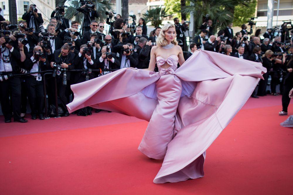 Con este espectacular diseño  de Alberta Ferreti en raso rosa con...