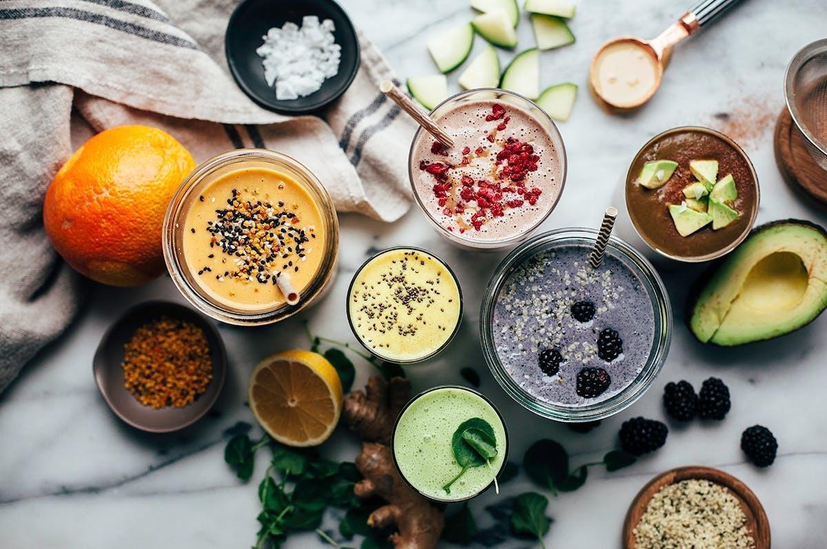 debemos sacarle el máximo partido a nuestra alimentación. Nada mejor que hacerlo con esta variedad de smoothies o zumos que nos gustan tanto y son una fuente increíble de vitaminas.