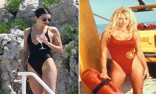 A la izquierda, Kendall Jenner con un bañador de tiro alto negro. A...
