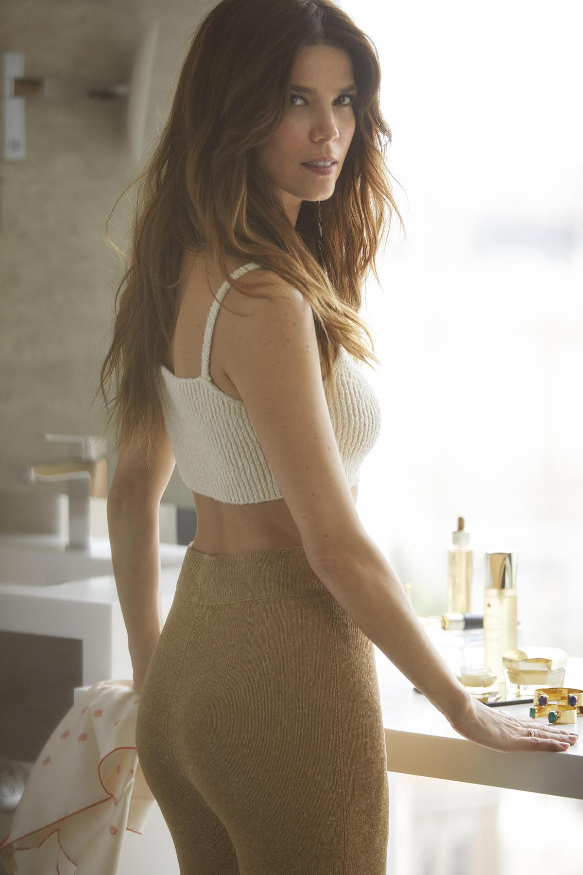 Juana Acosta con top de canalé y pantalón, ambos de Zara y pañuelo...