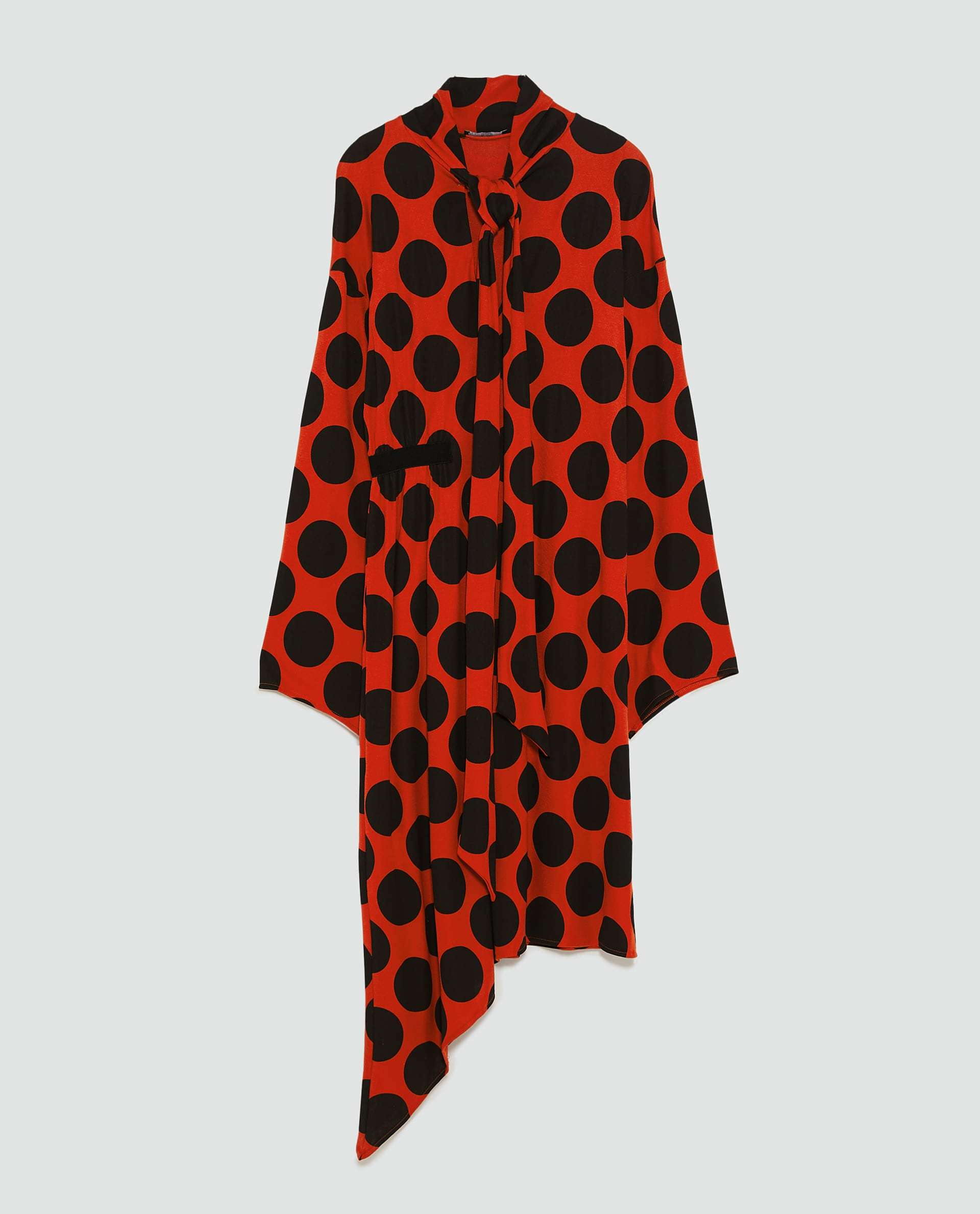Vestido naranja con lunares X negros, de Zara (25,95 euros).