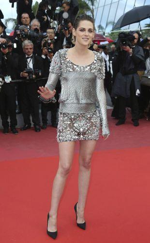 Kristen Stewart con un minivestido plateado de Chanel y salones de...