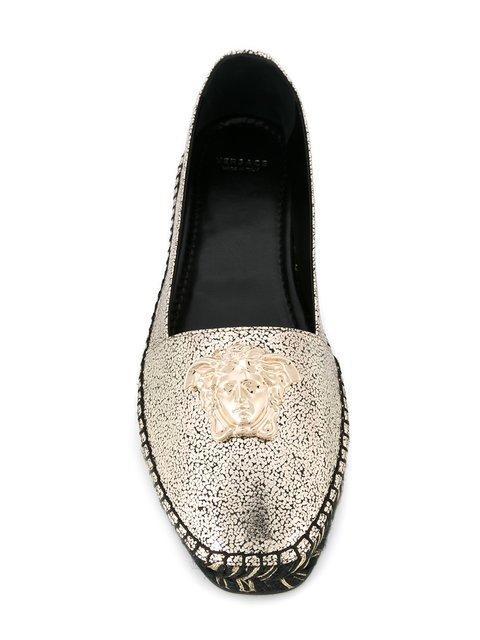 Alpargatas de Versace por 490 euros.