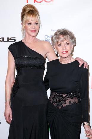 Tippi Hendren junto a su hija, Melanie Griffith, en los Premios...