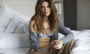 Juana Acosta con top de satén de Love Stories; pantalón de lana de...