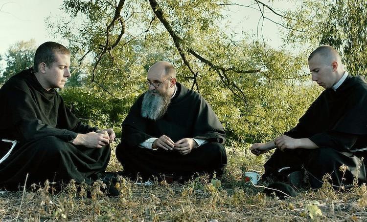 """Fotograma de """"Dos Coronas"""" en las que se ve al padre Kolbe con otros..."""