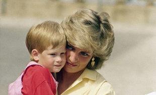 El príncipe Harry de niño junto a su madre, Lady Di a la que...