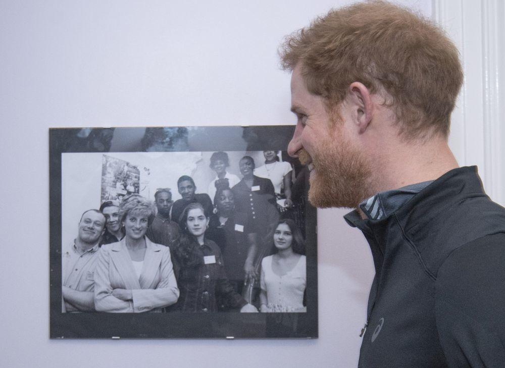El príncipe Harry contemplando una foto de su madre.