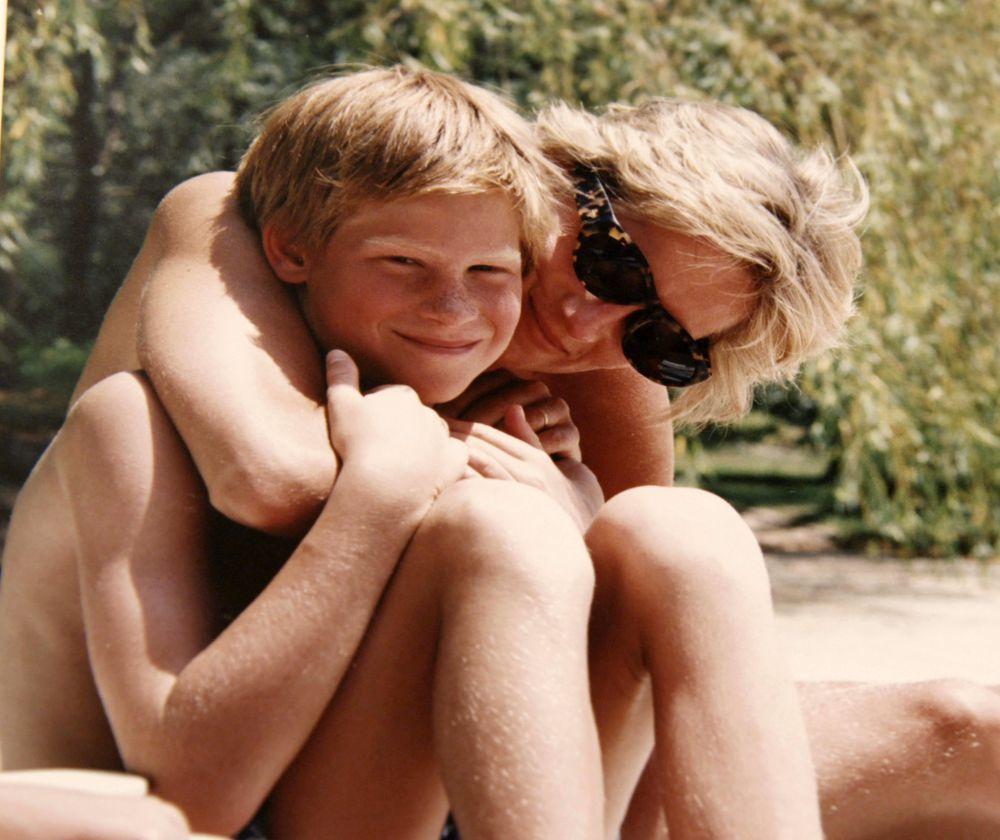 El príncipe Harry en un tierno momento junto a su madre.