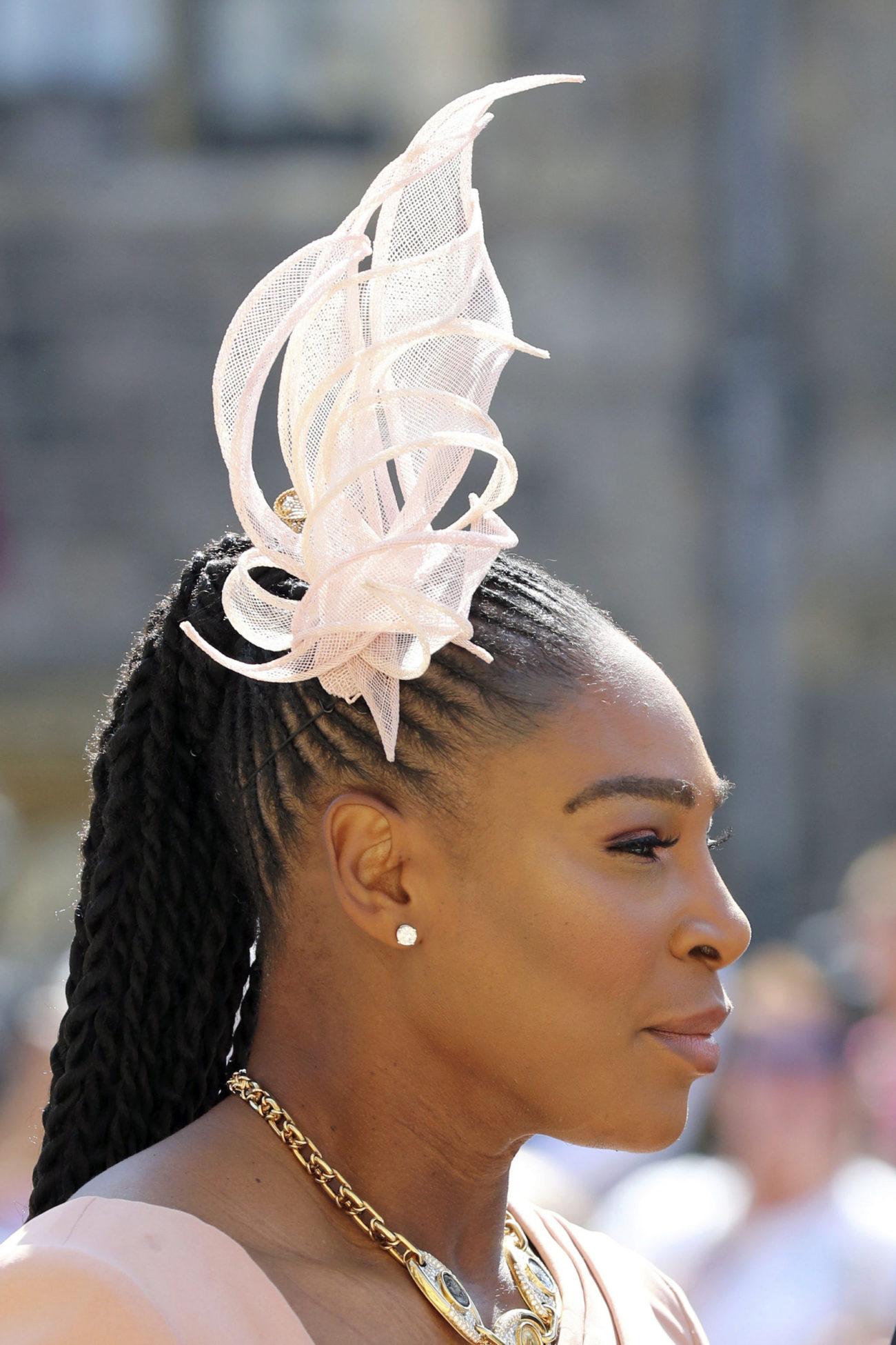 La tenista, gran amiga de la novia, acompañó su Versace con un...