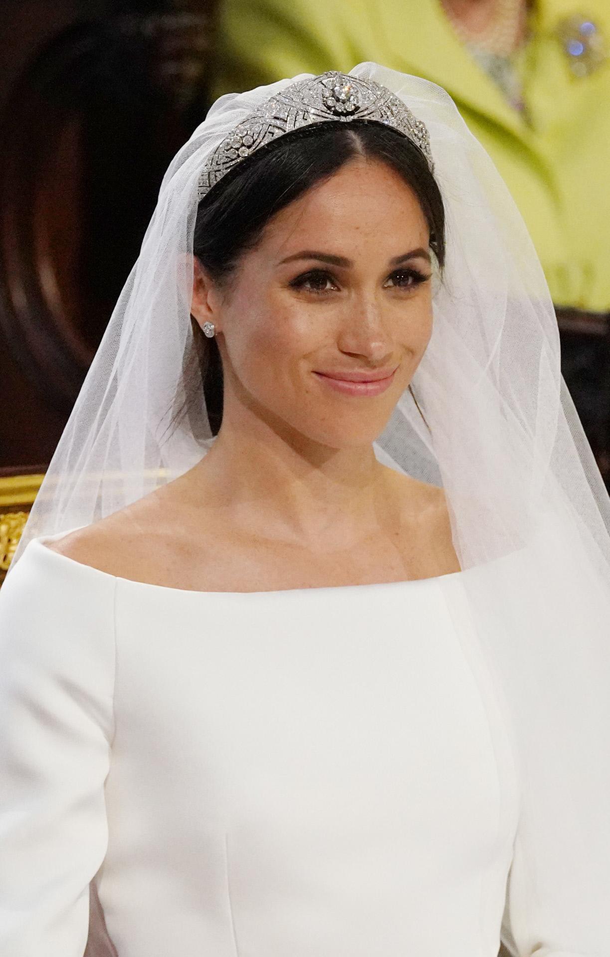 La novia ha cubierto el rostro con un velo y ha completado su...
