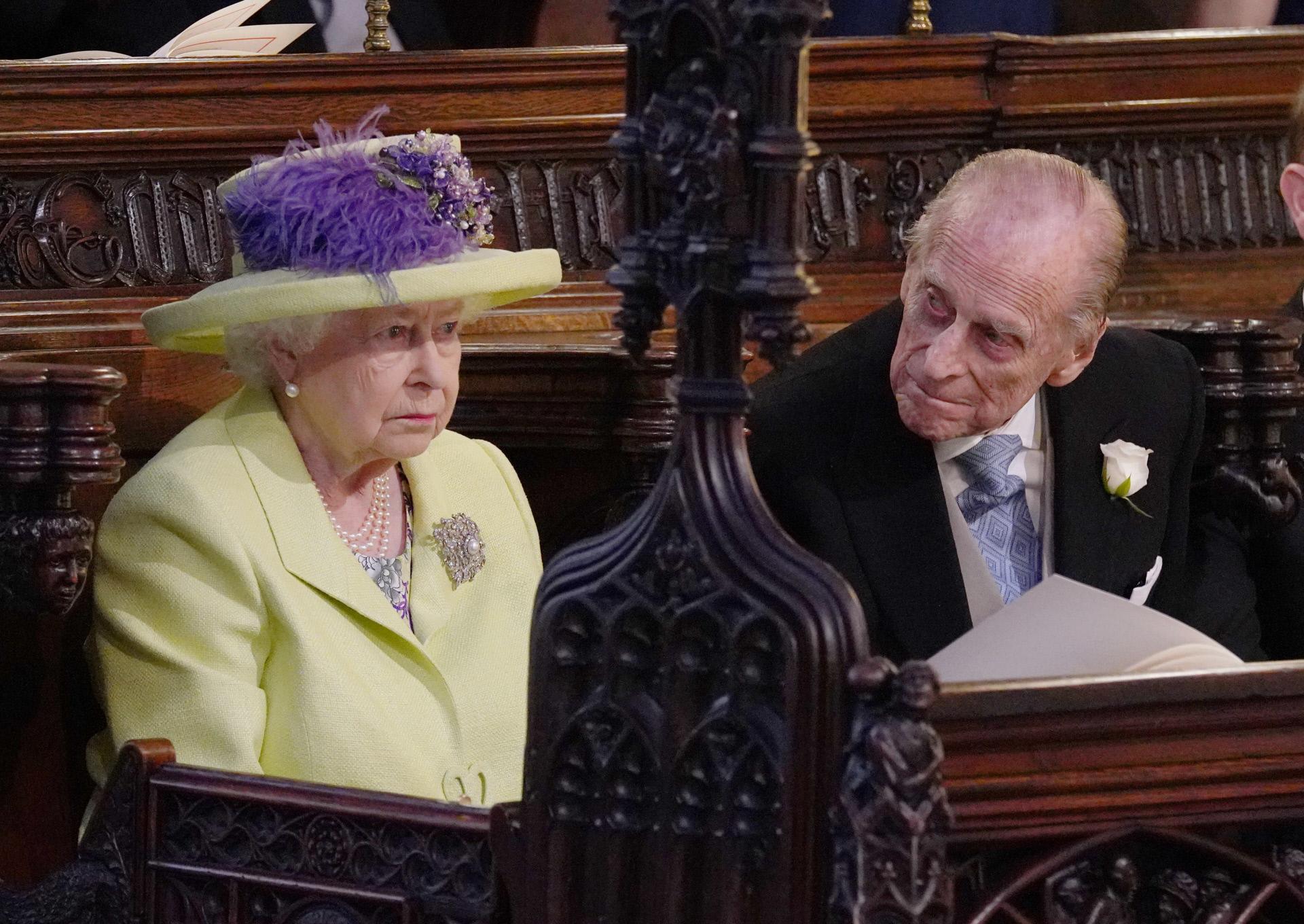 La reina Isabel II y su marido, Felipe de Edimburgo, durante la...