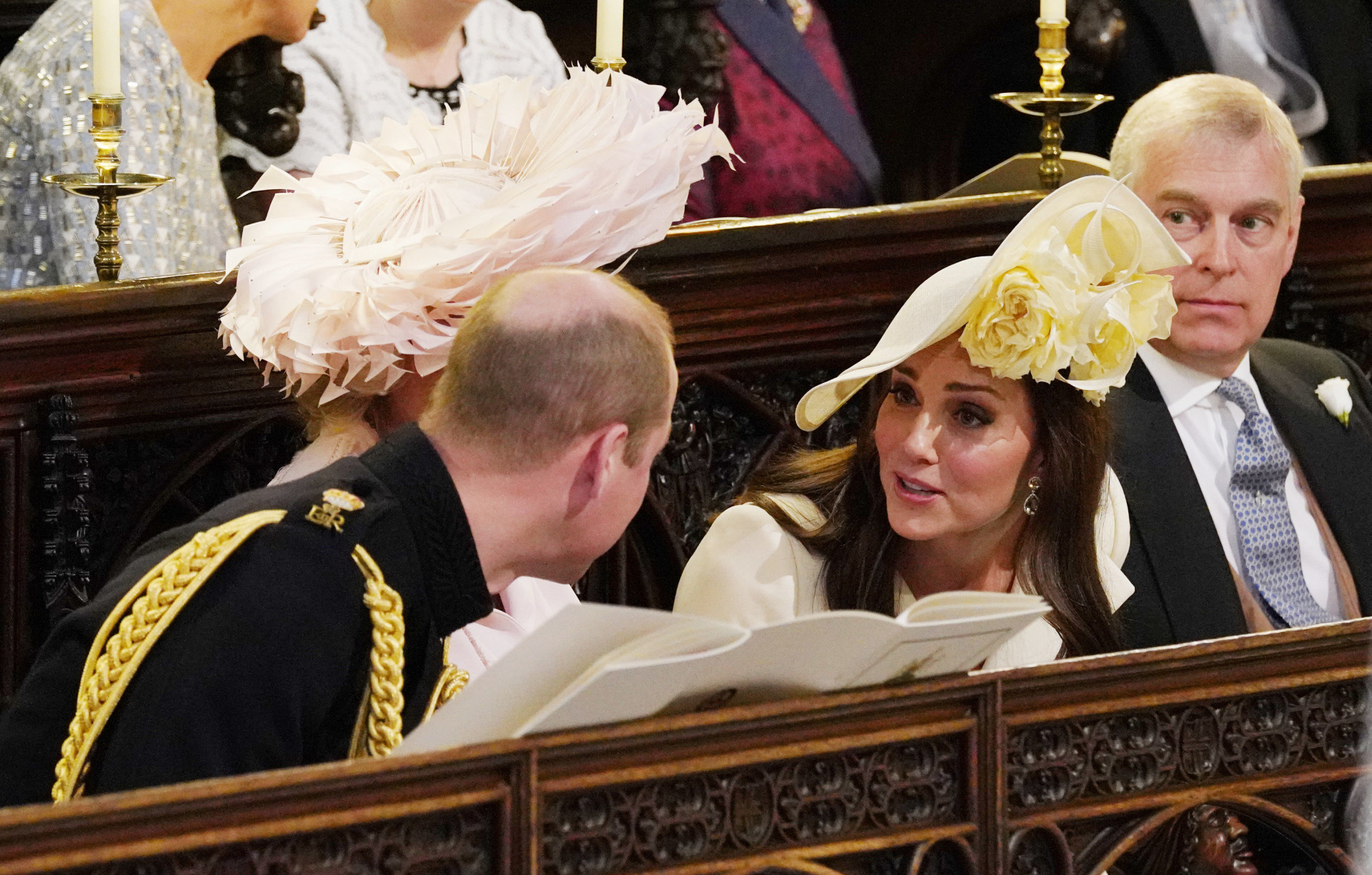 Los duques de Cambridge, William y Kate, comentan la ceremonia.
