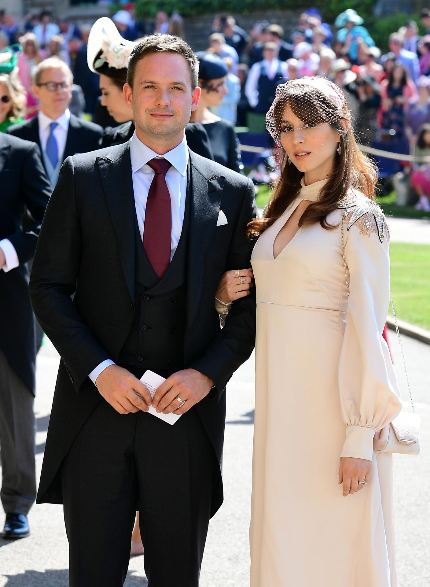 Patrick J. Adams junto a su mujer, Troian Bellisario, en la boda de...