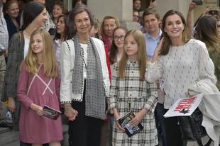 Doña Sofía y la reina Letizia asisten junto a las princesas Leonor y...