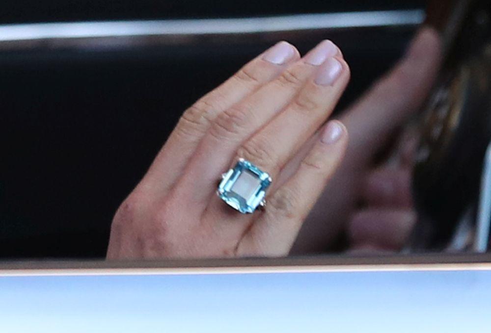 Meghan Markle luciendo anillo y manicura después de su boda junto al...
