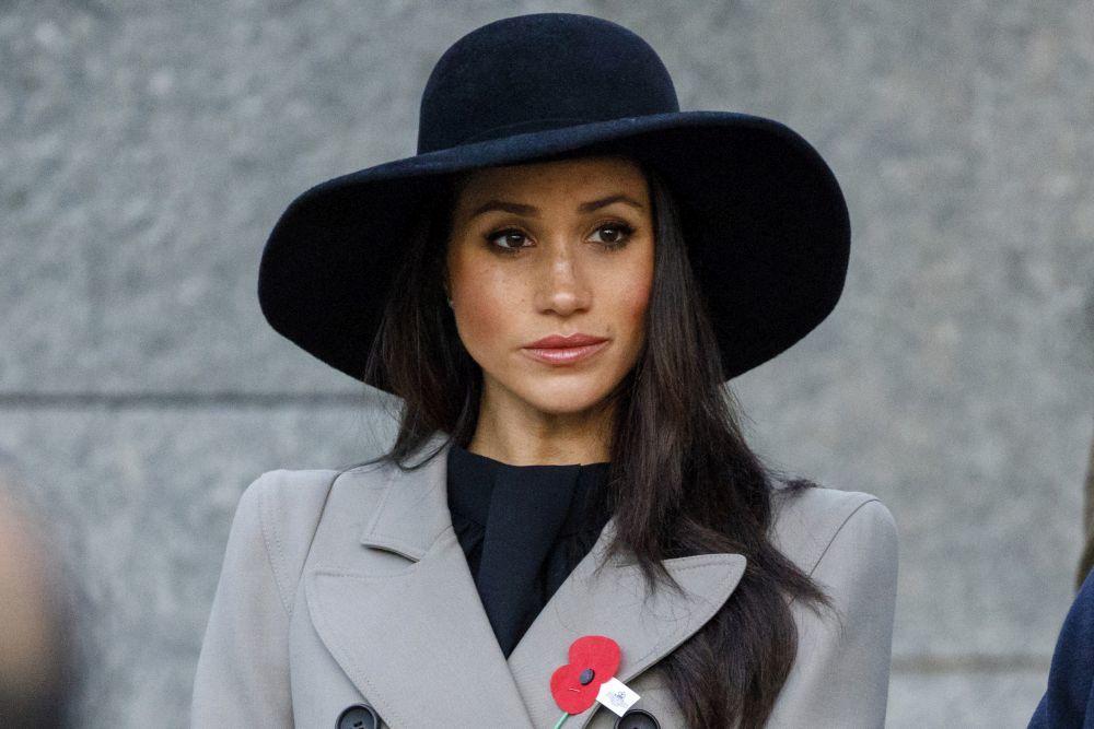 Meghan increíble con un sombrero negro de ala ancha estilo años 70.