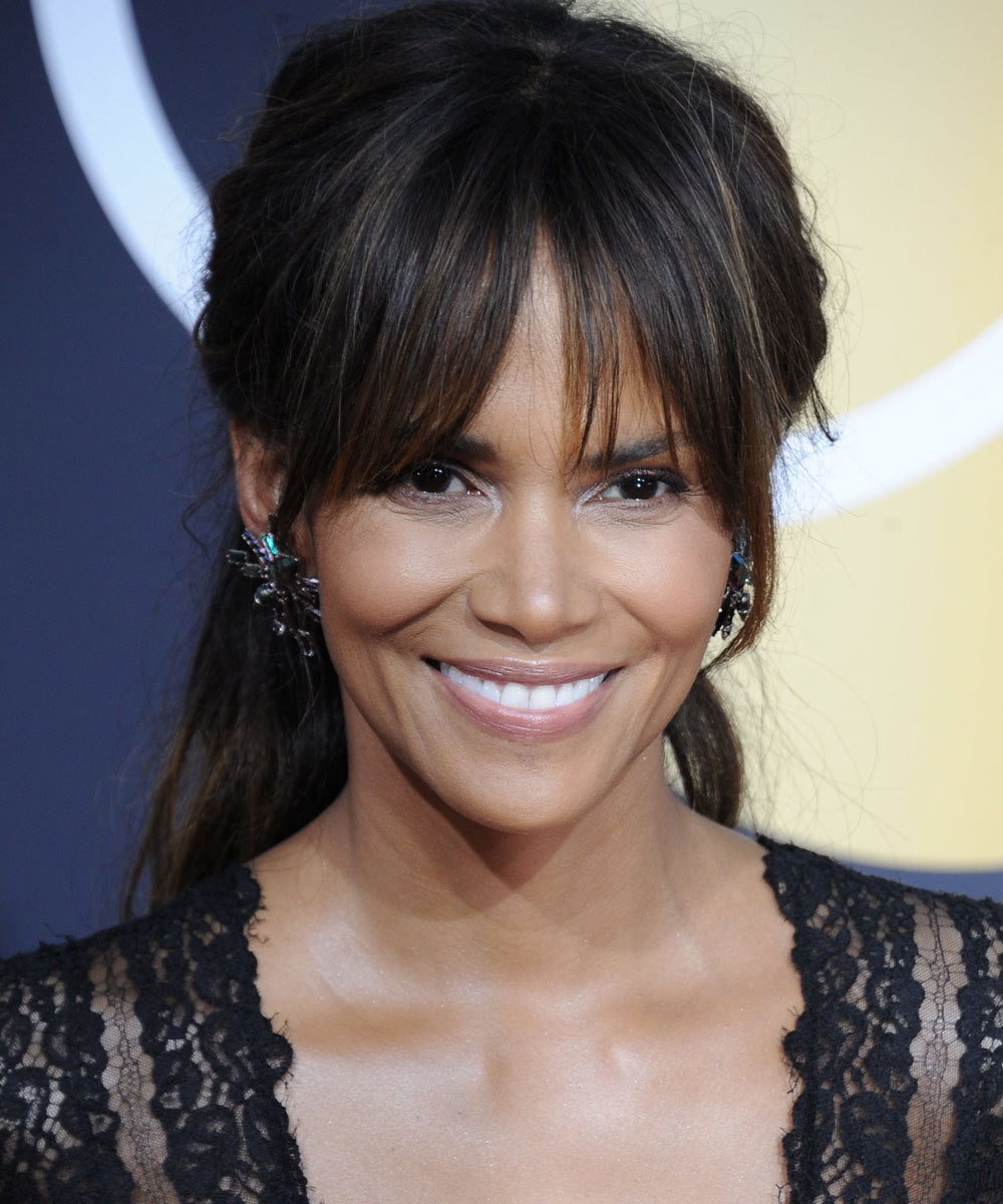 Halle Berry luciendo un flequillo cortina super rejuvenecedor.