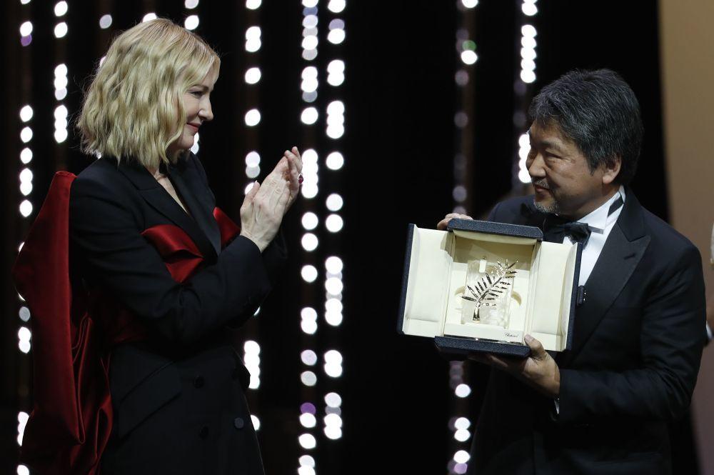 Hirokazu Kore-eda junto a Cate Blanchett recibiendo la Palma de Oro.