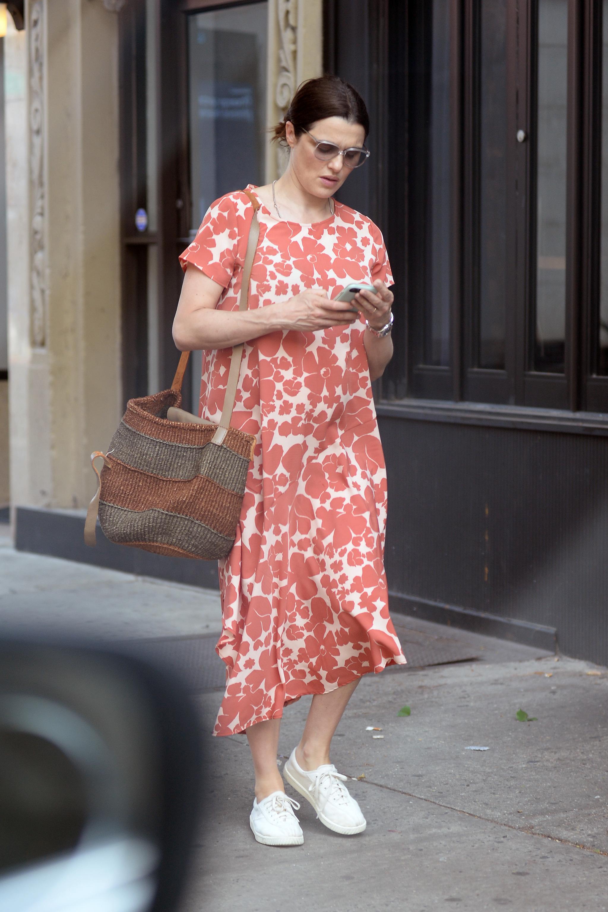 Rachel Weisz tiene el perfecto look premamá.