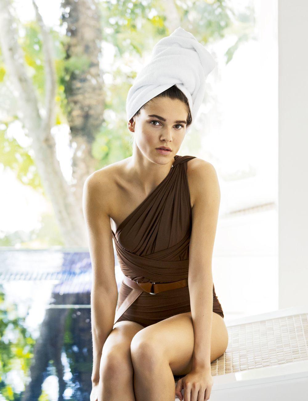 Llega Aquis la toalla que seca el pelo más rápido a las chicas con...