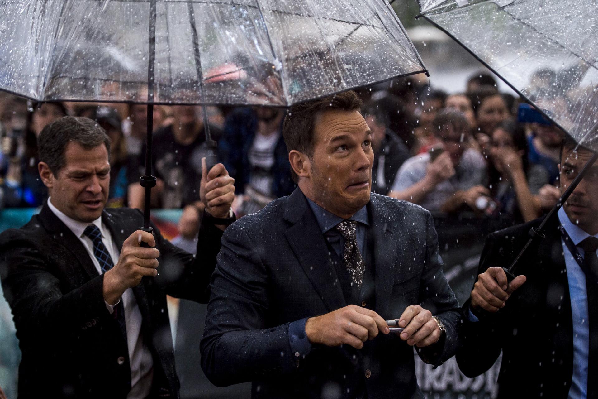 Chris Pratt y sus muecas bajo la lluvia de Madrid.