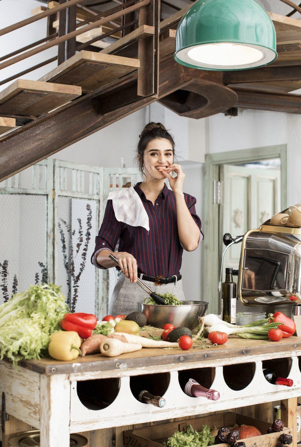 Olivia Molina disfrutando de un plato de verduras.