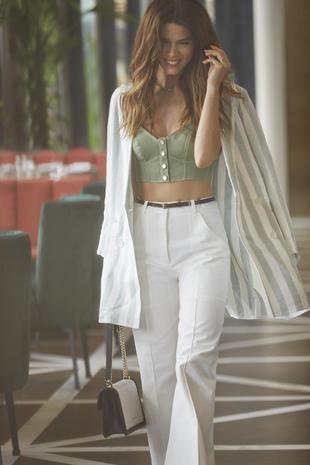 Top verde corsé de Temperley London;  pantalón blanco de Sandro;...