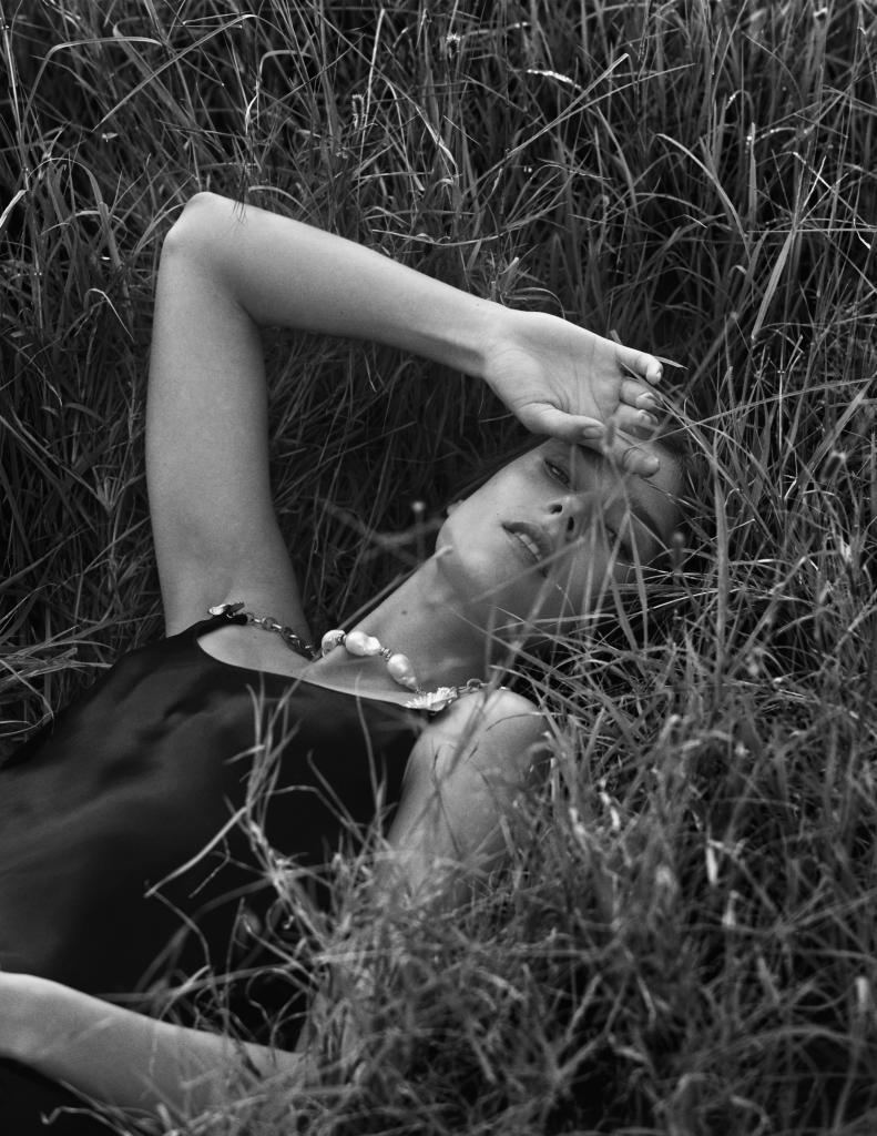 La modelo lleva vestido y collar de perlas de SONIA RYKIEL. Para...