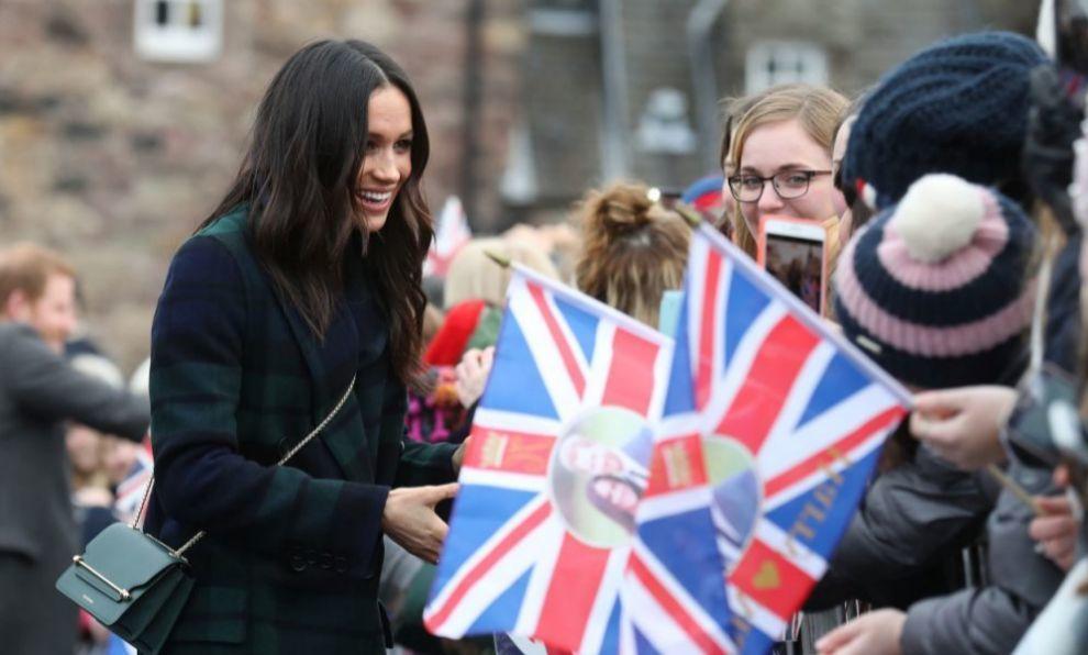 Meghan Masrkle saludando a ciudadanos británicos.