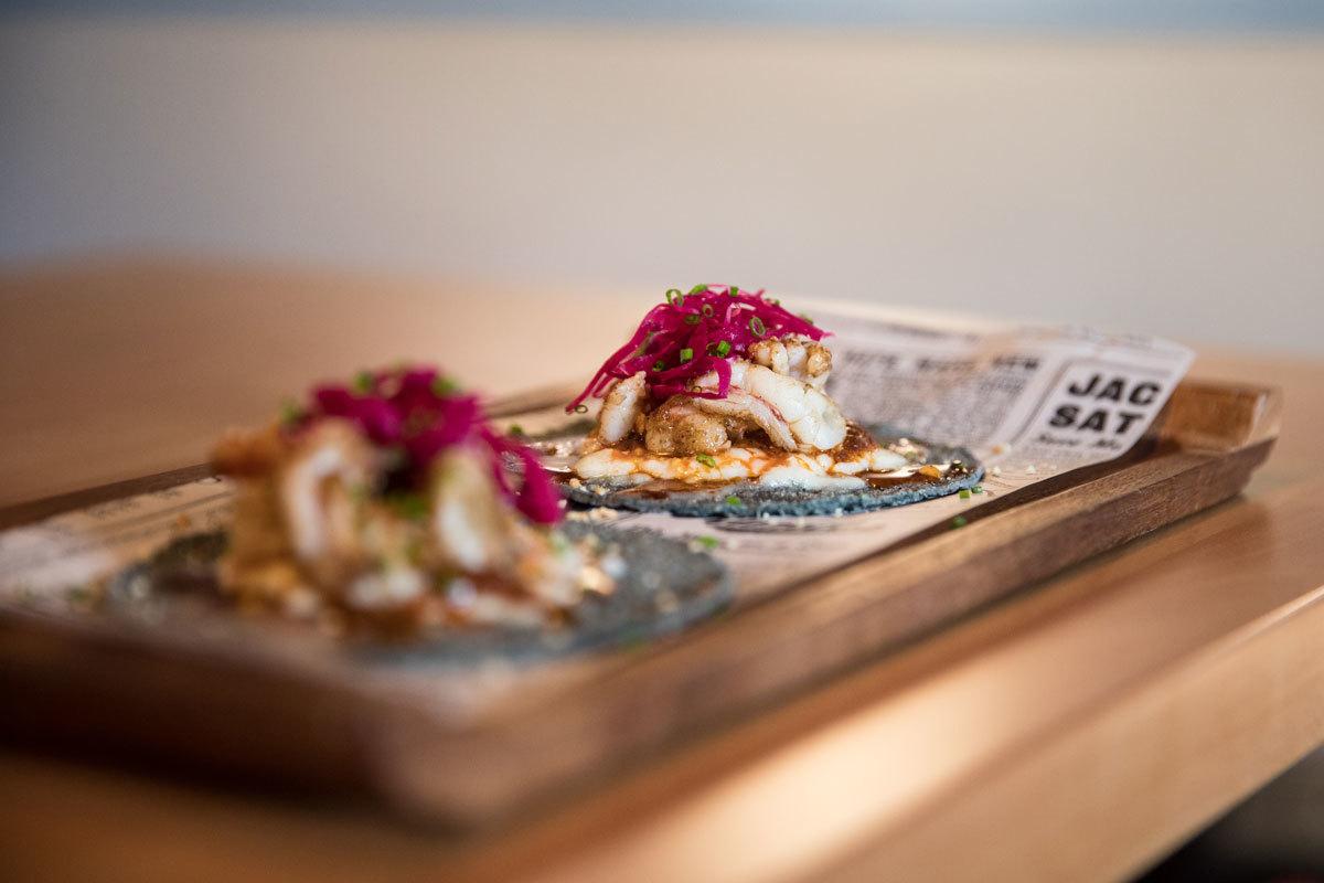 Tacos del gobernador con queso oaxaca y polvo de kikos
