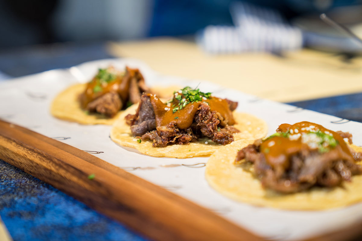 Tacos de pato crujiente con mole manchamanteles