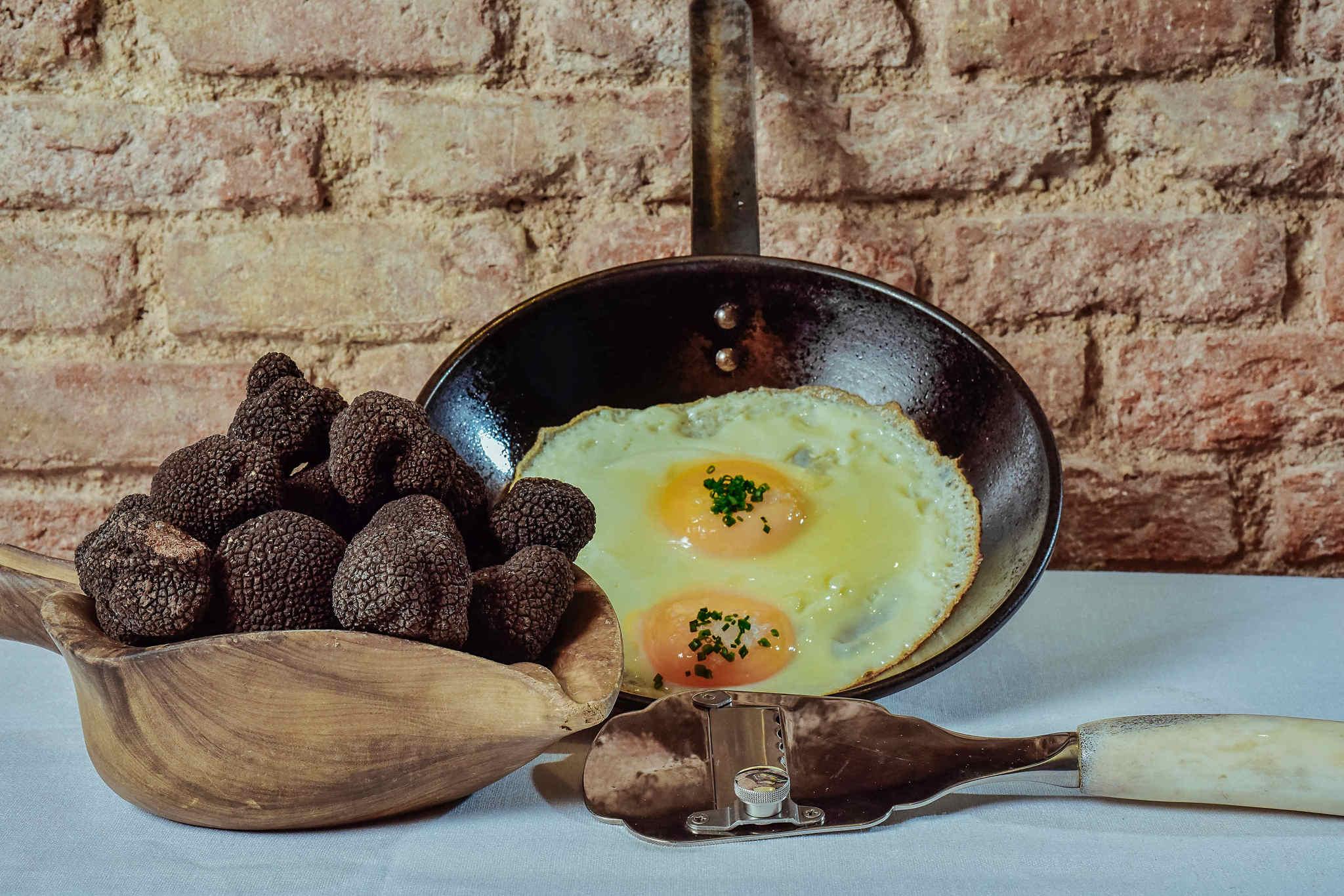 Huevo campero en sartén, sobre mouse de hongos y trufa fresca