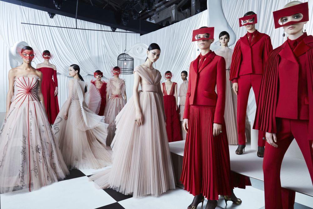 Foto coral de la colección de alta costura p/v 2018 de Dior, donde se...