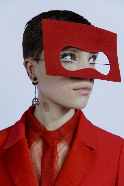 Máscaras y rojo revolucionario en una propuesto donde nada es lo que...