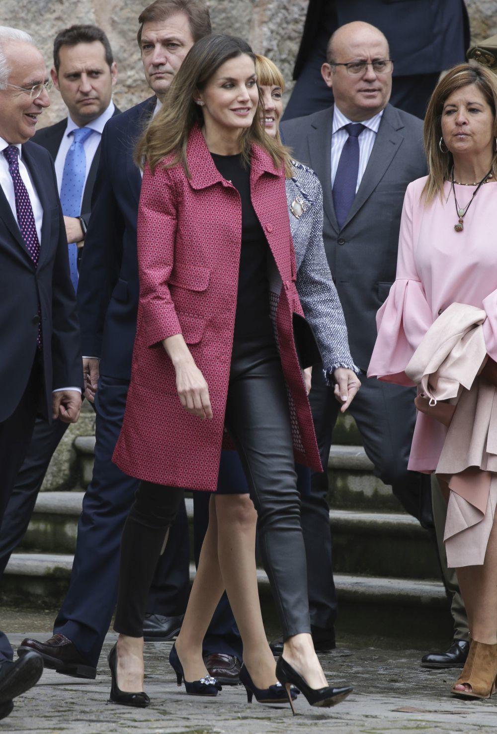 La Reina recurre a unos leggins de cuero para modernizar su look.