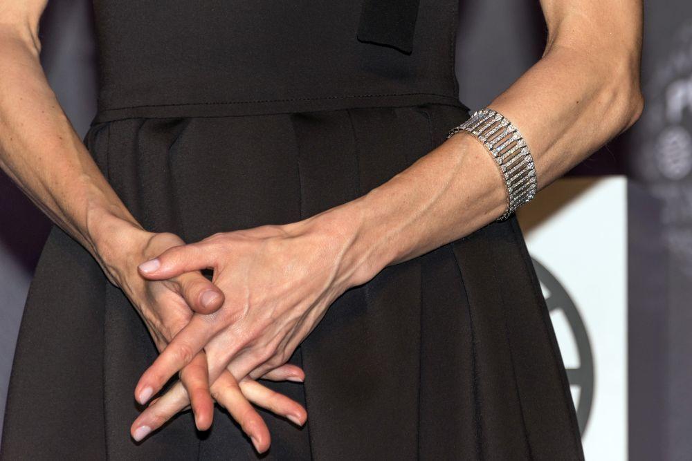 Aunque la Reina Letizia luce unas manos muy cuidadas con manicuras en...