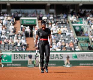 Serena Williams, en su regreso al tenis, con su ceñido mono negro de...