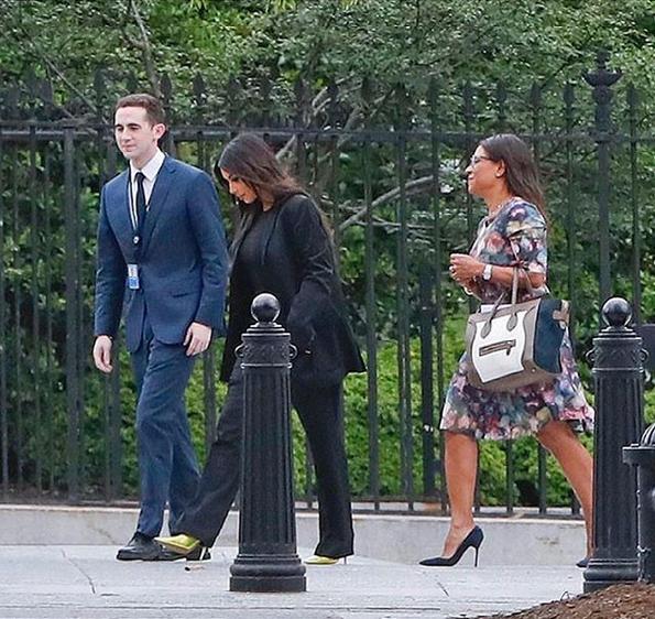 Kim Kardashian entrando a la Casa Blanca con un total <em>look</em>...